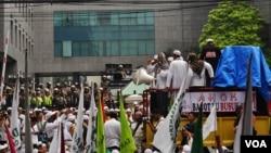 Aparat Kepolisian berjaga di dalam kompleks DPRD dan Balai Kota DKI saat unjuk rasa FPI menolak Ahok dilantik menjadi Gubernur DKI (foto: VOA/Andylala)