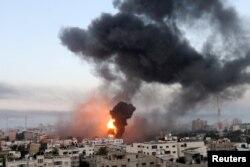 Asap dan api membumbung selama serangan udara Israel di tengah maraknya kekerasan Israel-Palestina, di Gaza, 12 Mei 2021. (Foto: REUTERS/Ibraheem Abu Mustafa)