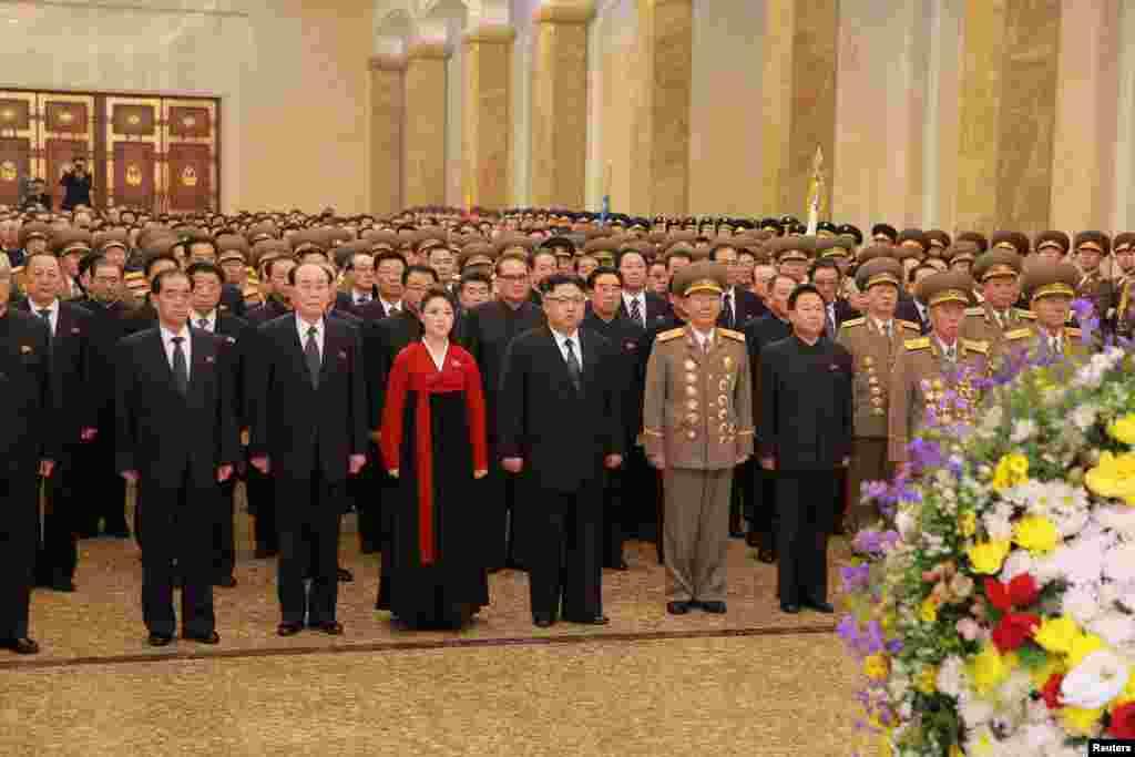 김정은 북한 국무위원장(가운데)이 1일 부인 리설주와 함께 김일성·김정일의 시신이 안치된 금수산태양궁전을 참배했다고, 관영 조선중앙통신이 보도했다.