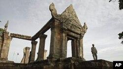 Nhân viên bảo vệ Campuchia canh gác tại đền Preah Vihear. Hồi thập niên 1960, Tòa án Quốc tế đã tuyên bố một ngôi đền cổ ở biên giới là thuộc về Campuchia nhưng không quyết định về phần đất xung quanh ngôi đền.