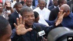Joao Lourenco, du MPLA, parti au pouvoir, montre son doigt taché d'encre après avoir voté à Luanda, en Angola, 23 août 2017