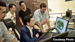 Carnegie Mellon University professor Tuomas Sandholm confers with Kai-Fu Lee, head of Sinovation Ventures, a Chinese venture capital firm, as Lee plays poker against the Lengpudashi AI system. (Sinovation Ventures)