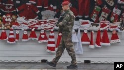 Một binh sĩ tuần tra tại khu mua sắm Giáng sinh dọc theo đại lộ Champs Elysees ở Paris, ngày 24/11/2015.