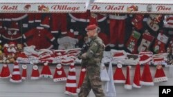 Des soldats patrouillent au marché de Noël le long de l'avenue des Champs-Elysées à Paris, 24 novembre 2015.