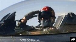 Seorang pilot Turki memberi hormat sesaat sebelum lepas landas dari pangkalan udara di Konya, Turki (Foto: dok). Sebuah pesawat milik Angkatan Udara Turki ditembak jatuh di Laut Tengah (22/6).
