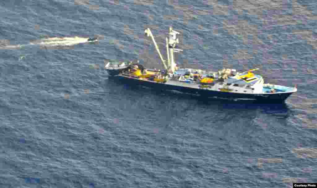 医护人员的充气艇准备登船(美国空军提供)