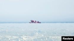 "Kapal pemecah es China ""The Xue Long (Snow Dragon)"" tidak dapat mendekati kapal MV Akademik Shokalsky di Antartika, 28 Desember 2013 (Foto: dok). Kapal ini dikhawatirkan akan terjebak di Antartika setelah tidak bergerak beberapa hari di kawasan tersebut (3/1)."