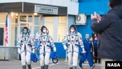 美國宇航員魯賓斯(左)與俄羅斯宇航員雷日科夫(中)和庫德-斯維奇科夫前往發射場。(2020年10月14日)