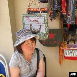 这位小贩说,今年的游客都被上海世博吸引去了。