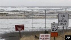 مغربی امریکی ریاست واشنگٹن کے ایک ساحل پر نارمل موجیں۔ جاپان میں تباہ کن زلزلے کے بعد امریکہ کے مغربی ساحل پر سونامی کی وارننگ جاری کی گئی تھی۔