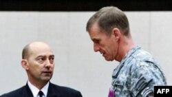 北约最高军事指挥官、海军上将斯塔夫里迪斯(左)与美军驻阿富汗指挥官
