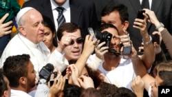 """Papa Francisco se toma """"selfies"""" con los fieles en Domingo de Ramos."""