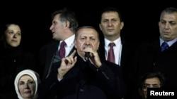 12月27日土耳其總理埃爾多安在伊斯坦布爾機場對他的支持者講話。