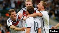 독일의 마리오 괴체 선수가 월드컵 우승을 확정 지은 한 골을 넣은 뒤, 동료들과 기쁨을 나누고 있다.