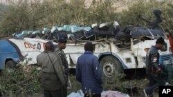 29일 케냐 남서부 나로크 지역 외각에서 발생한 버스 사고 현장.