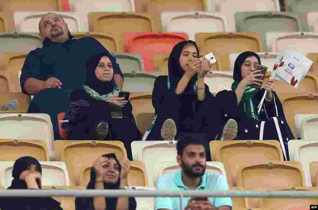 شماری از زنان سعودی حین تماشای مسابقۀ فوتبال در استدیوم ورزشی ملک فهد