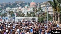 Les gens se rassemblent avant la minute de silence sur la Promenade des Anglais après l'attentat de Nice, à Nice, France, le 18 juillet 2016.