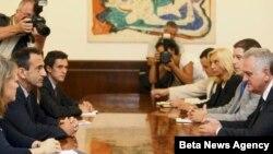 Predsednik Srbije Tomislav Nikolić (D) i pomoćnik državnog sekretara SAD Filip Gordon (2L) razgovaraju tokom današnjeg susreta u Beogradu