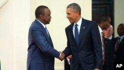 Shugaba Obama yake hanu da shugaba Uhuru kenyatta a ci gaban rangadi da yake yi a kasar.