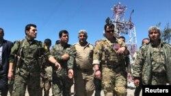 ABŞ hərbi komandiri YPG (Xalqı Qoruma Birləşmələri) döyüşçüləri ilə addımlayır.