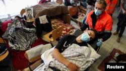 Petugas kesehatan membawa seorang migran yang melakukan mogok makan ke rumah sakit di Brussel (foto: dok).