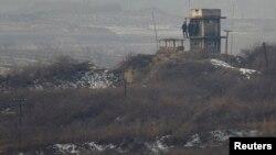 Tentara Korea Utara mengawasi zona demiliterisasi dari sebuah menara pengawasan di dekat Panmunjom (foto: dok).