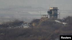 판문점 인근 군사분계선 이남 지역에서 바라본 북한 초소. 북한 군인들이 남측을 바라보고 있다. (자료사진)