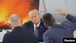 Presidenti Trump duke dëgjuar gjatë një seance informimi në McClellan Park, Kaliforni (14 shtator 2020)