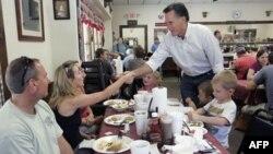 Bivši guvener Masačusetsa Mit Romni rukuje se sa gostima restorana Farm Boys za vreme posete Čepinu, gradu u Južnoj Karolini.