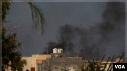 Columnas de humo se levantan en Trípoli, tras la llegada de las fuerzas rebeldes que ya controlan la mayor parte de la ccapital libia.