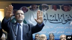 Dr. Essam el-Eryan, Egyptian Muslim Brotherhood top figure, gestures to clam reporters during a conference at the Brotherhood headquarter in Cairo, Egypt (File Photo)
