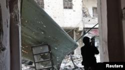 Halep'te devam eden sokak çatışmalarında mevzilenen bir isyancı