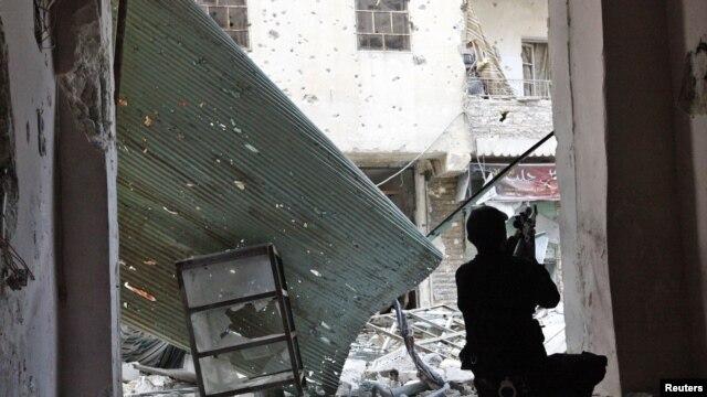 Chiến binh của lực lượng Giải phóng Syria trong cuộc đụng độ với lực lượng chính phủ tại Aleppo, ngày 26/11/2012.