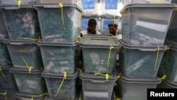 Zaposleni u avganistanskoj izbornoj komisiji sortiraju kutije s glasovima