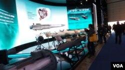 战术导弹公司在莫斯科航展上展出的各种导弹 (美国之音白桦拍摄)