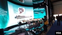 戰術導彈公司在莫斯科航展上展出的各種導彈 (美國之音白樺拍攝)