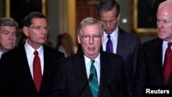 Thượng nghị sĩ John Cornyn (phải) cùng với lãnh tụ khối đa số Thượng viện Mitch McConnell phát biểu với các phóng viên tại Điện Capitol ngày 31/10/2017.