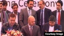 فیروزی (ردیف نشسته، نفر اول سمت چپ) یکی از سهمداران عمدۀ کابل بانک پیشین بود.