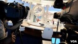 La prensa se prepara en la sala principal de juntas para el G8.