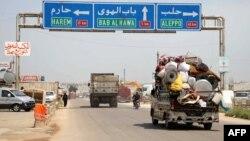 Hama ve İdlib'de çatışmaların artmasından dolayı bölgeyi terk eden siviller.