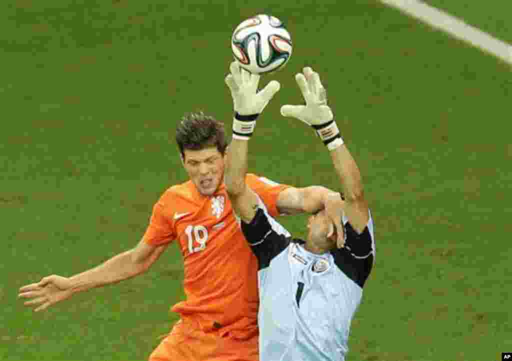 RECROP - Netherlands' Klaas-Jan Huntelaar fouls Costa Rica's goalkeeper Keylor Navas during the World Cup quarterfinal soccer match between the Netherlands and Costa Rica at the Arena Fonte Nova in Salvador, Brazil, Saturday, July 5, 2014. (AP Photo/Themb