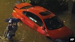 北京週末暴雨 汽車被浸水中
