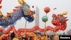 Танец дракона в в первый день китайского лунного календаря в провинции Сычуань. Архивное фото.