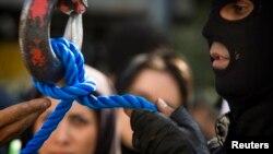 ماموری طناب دار در ملاءعام را آماده می کند.