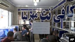 Warga Iran di warung Internet di Tehran, September 2013. (AP/Ebrahim Noroozi)