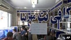 """Suasana di """"Mehrnia Internet Cafe"""", sebuah warnet di Teheran, Iran, Selasa (17/9). Kegembiraan pecinta Facebook dan Twitter di Iran tidak berlangsung lama, karena pihak berwenang kembali memblokir akses ke jaringan sosial tersebut, setelah mencabut filter ke jaringan tersebut selama beberapa jam. (AP Photo / Ebrahim Noroozi)"""