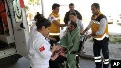 Petugas medis merawat migran di sebuah rumah sakit di Didim, Turki (6/3). (AP/Huseyin Caliskan)