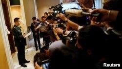 양위쥔 중국 국방부 대변인(왼쪽)이 3일 싱가포르 개막한 '샹그릴라 대화' 아시아안보회의에서 기자들에게 중국과 베트남의 개별 양자회담 결과를 설명하고 있다.