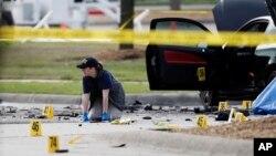Nhân viên FBI điều tra hiện trường vụ nổ súng bên ngoài Trung tâm Culwell Curtis ở Garland, Texas, ngày 4/5/2015.