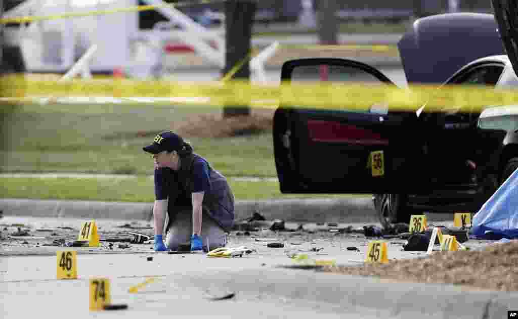 Para penyelidik FBI mendokumentasikan daerah di sekitar dua pria bersenjata yang tewas dan kendaraan mereka, di luar Curtis Culwell Center di Garland, Texas (4/5). (AP/Brandon Wade)